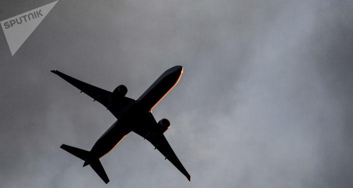 Пассажирский самолет в небе над Москвой