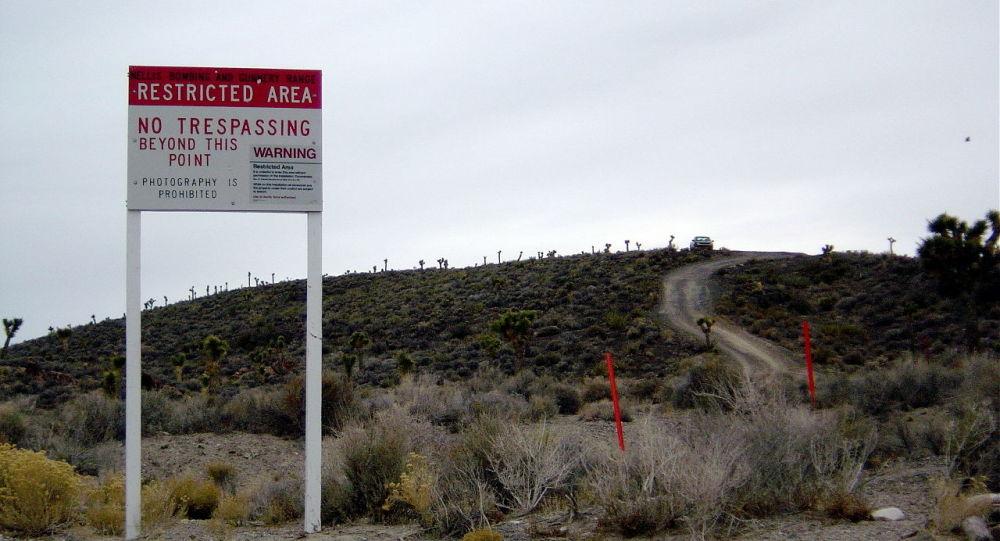 Plakate mit Warnung am Eingang in die US-Militärbasis Area 51 (Archivbild)