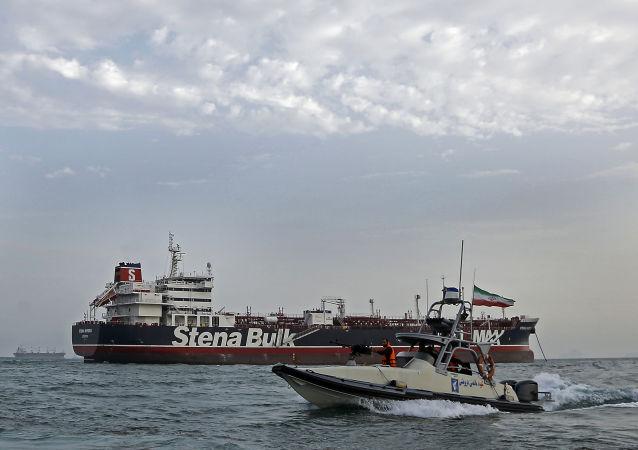 Une photo prise le 21 juillet 2019 montre des gardes de la révolution iraniens en patrouille autour du pétrolier Stena Impero, battant pavillon britannique, ancré au large de la ville portuaire iranienne de Bandar Abbas.