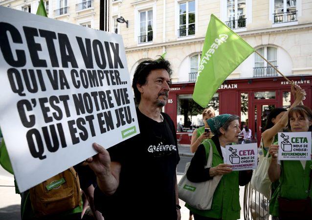 Manifestants contre le CETA à Paris