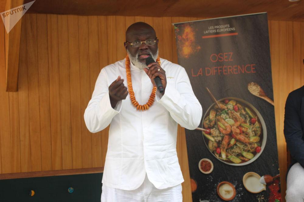 Christian Abégan s'adresse aux invités lors des «AfroGourmands» à Douala