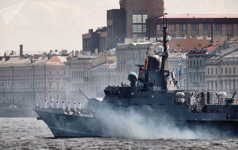 Малый ракетный корабль проекта 22800 Советск во время репетиции парада в честь Дня ВМФ России в Санкт-Петербурге.