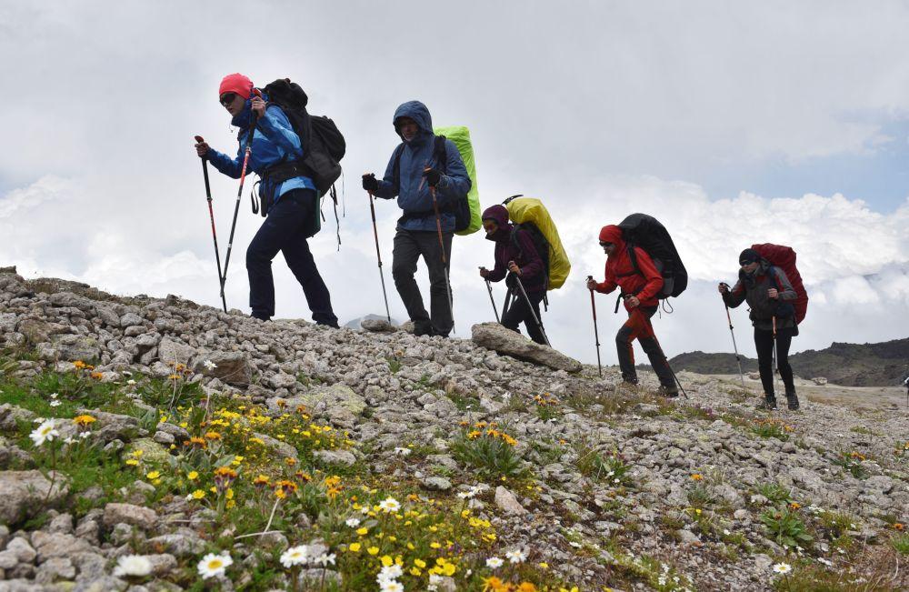 Альпинисты во время восхождения на Эльбрус из ущелья Джилы - Су в Кабардино-Балкарии.