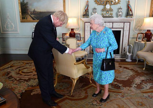 la reine Élisabeth II et Boris Johnson