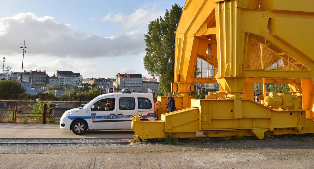 Un véhicule de police stationné près du lieu où le corps, probablement celui de Steve, a été retrouvé