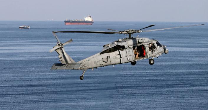 Hélicoptère de combat américain de type MH-60S lors de la patrouille au-dessus du détoit d'Ormuz
