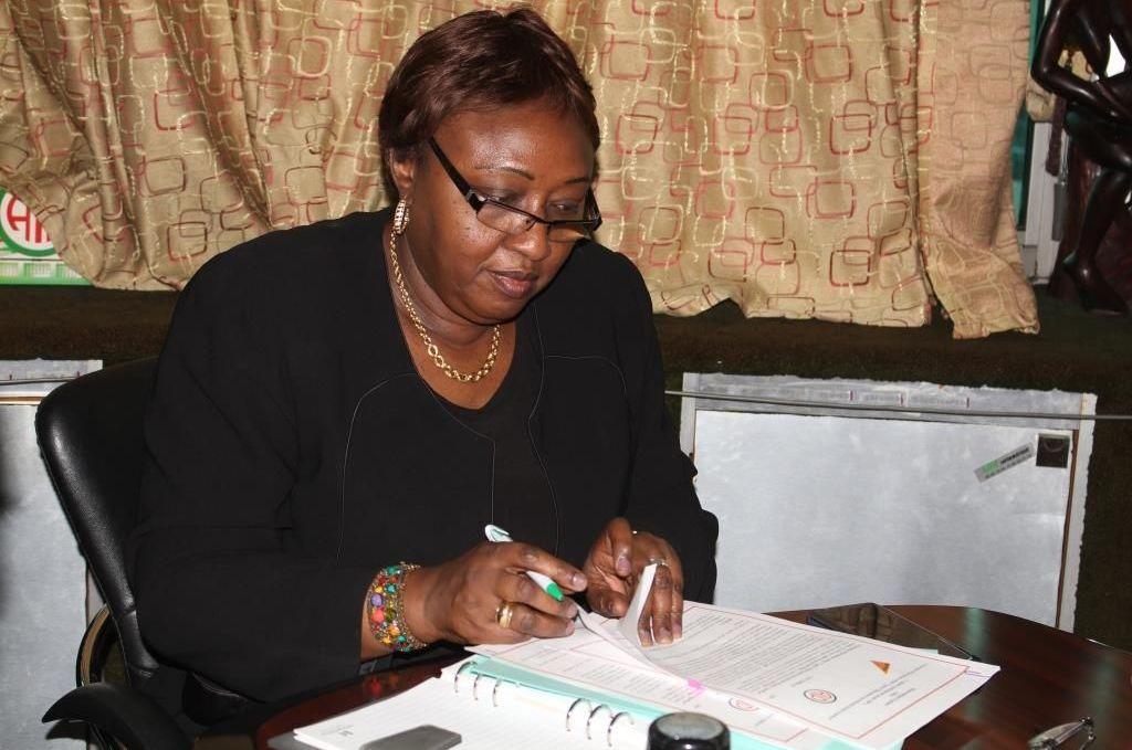 Oumou Sana Barry, directrice centrale de l'Agence ivoirienne de presse (AIP) signe le mémorandum d'entente avec l'agence russe Sputnik.