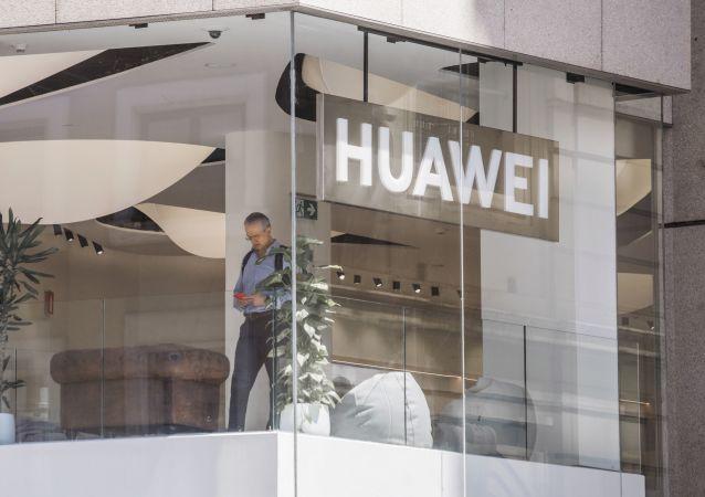 Покупатель в фирменном магазине Huawei в Мадриде. Компания Huawei открыла в Мадриде крупнейший магазин за пределами Китая.