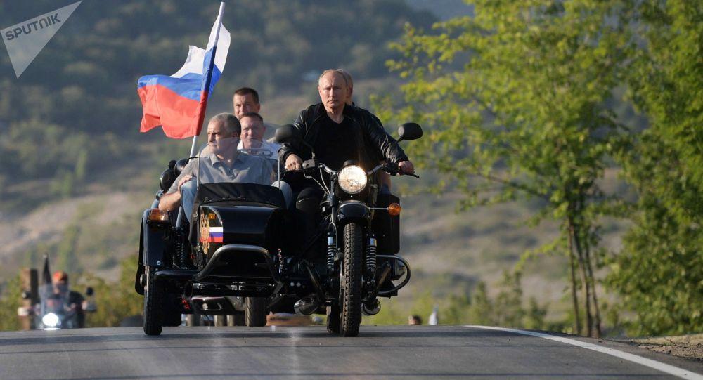 Vladimir Poutine au défilé international de motards en Crimée