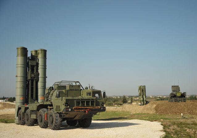 Un système sol-air S-400 déployé à la base de Hmeimim en Syrie (archive photo)