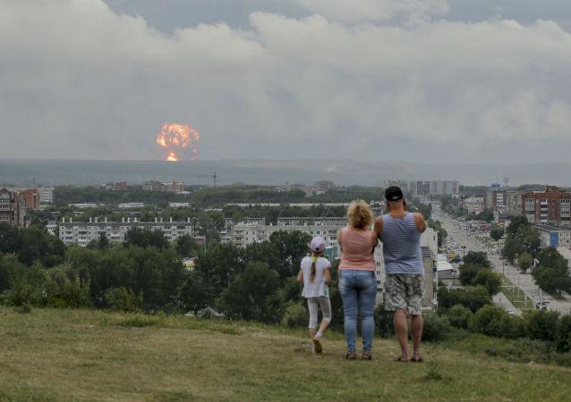 Une famille regarde les explosions dans un dépôt de munitions d'Atchinsk, en Sibérie (5 août 2019)