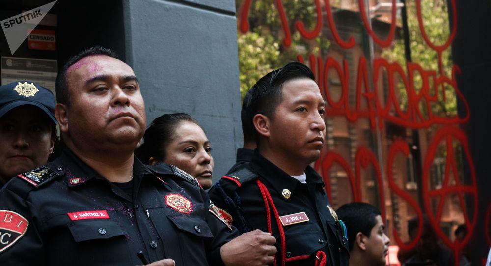 Manifestation après le viol d'une adolescente par quatre policiers à Mexico