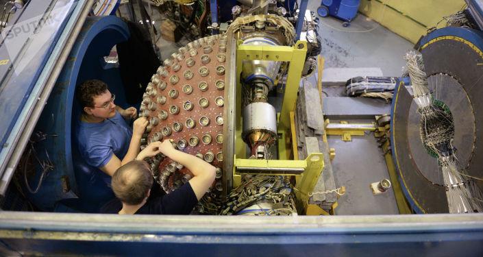 Сотрудники научного центра во время технических работ на сферическом нейтральном детекторе, установленном на коллайдере ВЭПП-2000 в Институте ядерной физики имени Г.И. Будкера в Новосибирске.