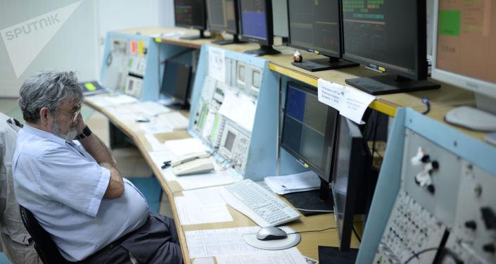 Сотрудник научного центра во время работы на пульте управления коллайдером ВЭПП-4М в Институте ядерной физики имени Г. И. Будкера в Новосибирске.