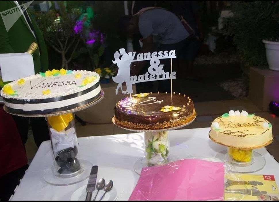 Un cake tooper sur un gâteau de mariage