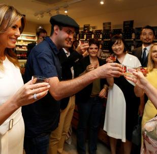 Les premières dames des dirigeants des pays du G7 lors d'une dégustation de vin à Espelette