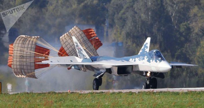 Un chasseur multirôle Su-57 atterrit sur l'aérodrome de Joukovski