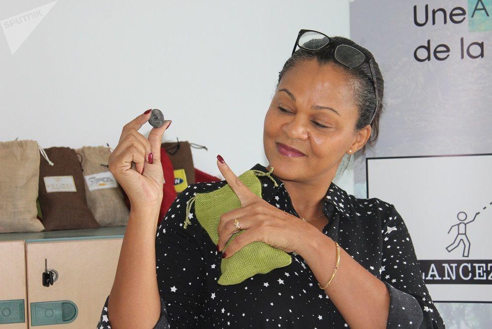 Sarah Traboulsi tenant un Seedball