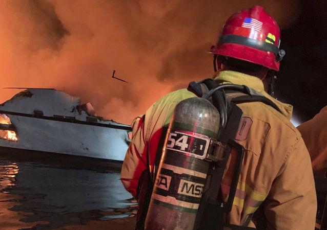 L'incendie à bord d'un navire près de l'île de Santa Cruz