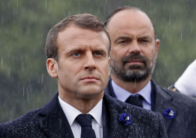 French President Emmanuel Macron (L) and French Prime Minister Edouard Philippe (R)