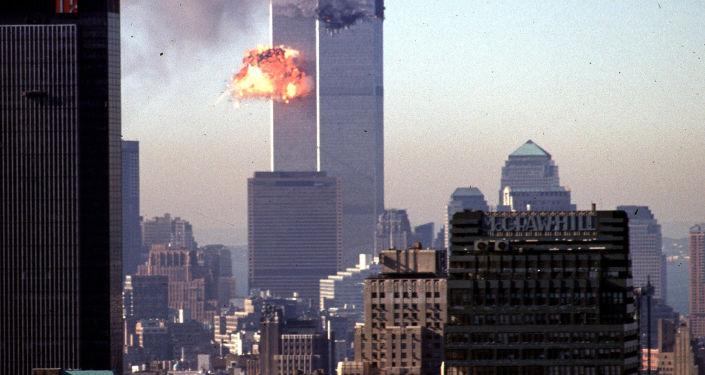 Un avion entre en collision avec une tour du World Trade Center le 11 septembre 2001