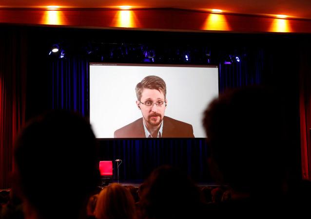 Edward Snowden lors d'une vidéoconférence à Berlin à l'occasion de la sortie de son livre