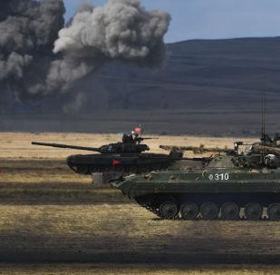 un blindé et des chars russes lors manœuvres militaires Centre 2019