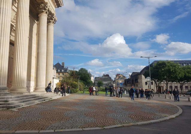 Rassemblement devant la préfecture de Rouen après l'incendie de l'usine Lubrizol