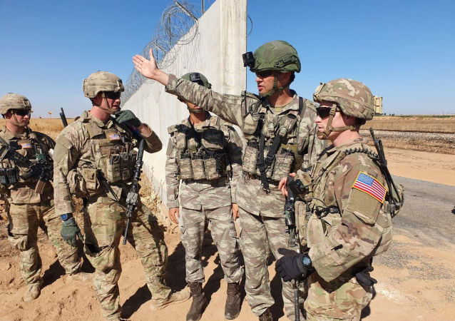 Des soldats turcs et américains se rencontrent à la frontière turco-syrienne pour une patrouille conjointe américano-turque, près de la ville turque d'Akcakale