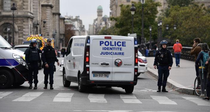 Un véhicule de la police près de la préfecture de police de Paris
