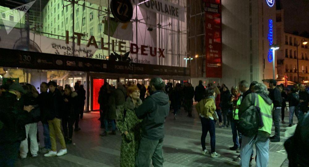 Des manifestants pour le climat et des Gilets jaunes réunis devant le centre commercial Italie Deux à Paris (5 octobre 2019)