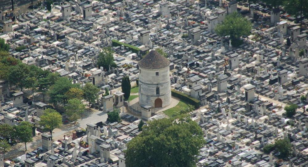 Zoom sur le cimetière du Montparnasse vu depuis le haut de la tour Montparnasse, Paris, France.