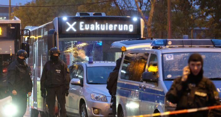 Des policiers sur les lieux de la fusillade à Halle