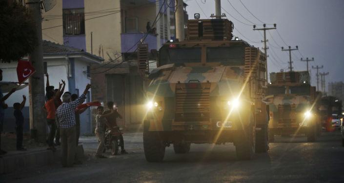 Des blindés turcs traversent la ville frontalière d'Akçakale, dans le sud-est de la Turquie, quelques heures après le début de l'opération Source de paix.