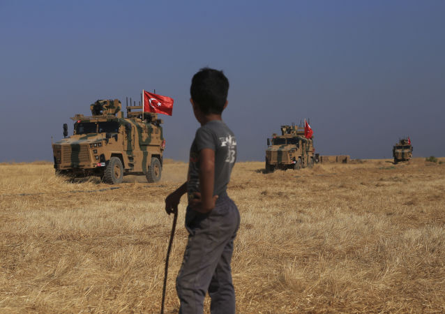 Une patrouille turque de véhicules blindés dans le nord de la Syrie