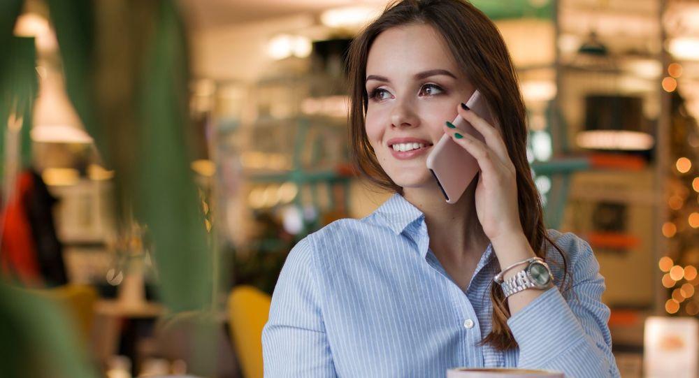 Une femme avec son portable (image d'illustration)
