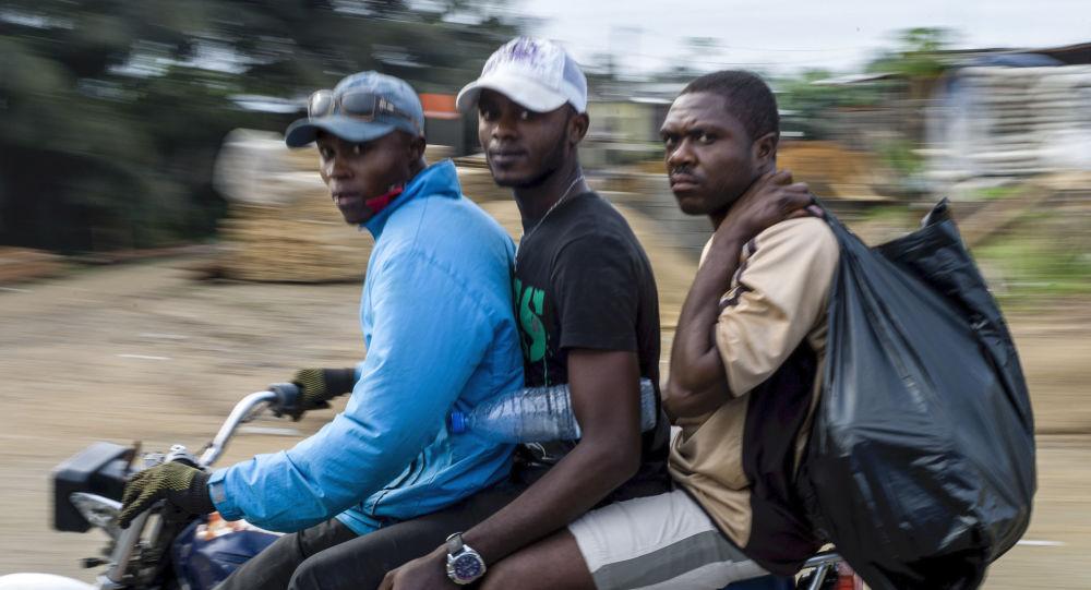 Des jeunes Camerounais à moto