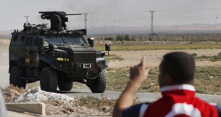 Un véhicule blindé turc patrouille la frontière syro-turque