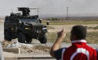 Un véhicule blindé de la police turque patrouille à la frontière entre la Turquie et la Syrie