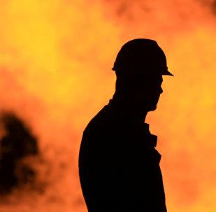 Un ouvrier d'une raffinerie de pétrole