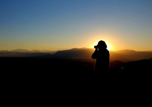 Une personne avec un appareil photo (image d'illustration)