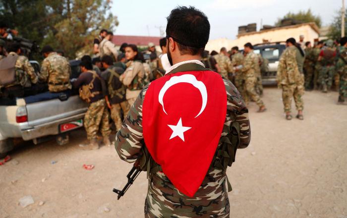 Les rebelles syriens soutenus par la Turquie font une pause avant de traverser la frontière de la Syrie, 17 octobre 2019