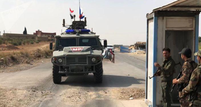 Un véhicule blindé des services de patrouille de la police militaire de la Fédération de Russie dans la région de Manbij, dans le nord-est de la Syrie.