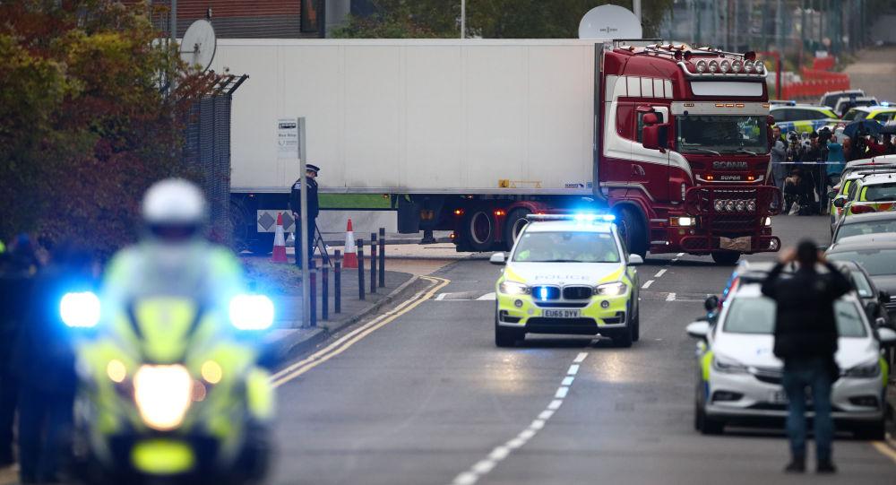 La police déplace le camion où 39 corps ont été découverts à Gray, dans l'Essex (23 octobre 2019)