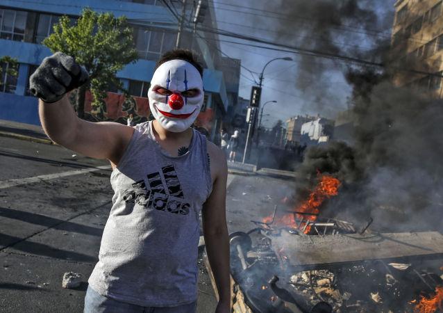 Un participant aux manifestations au Chili, à Santiago