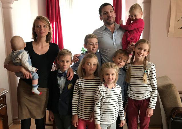 Isabelle et Fabrice Sorlin avec leurs enfants