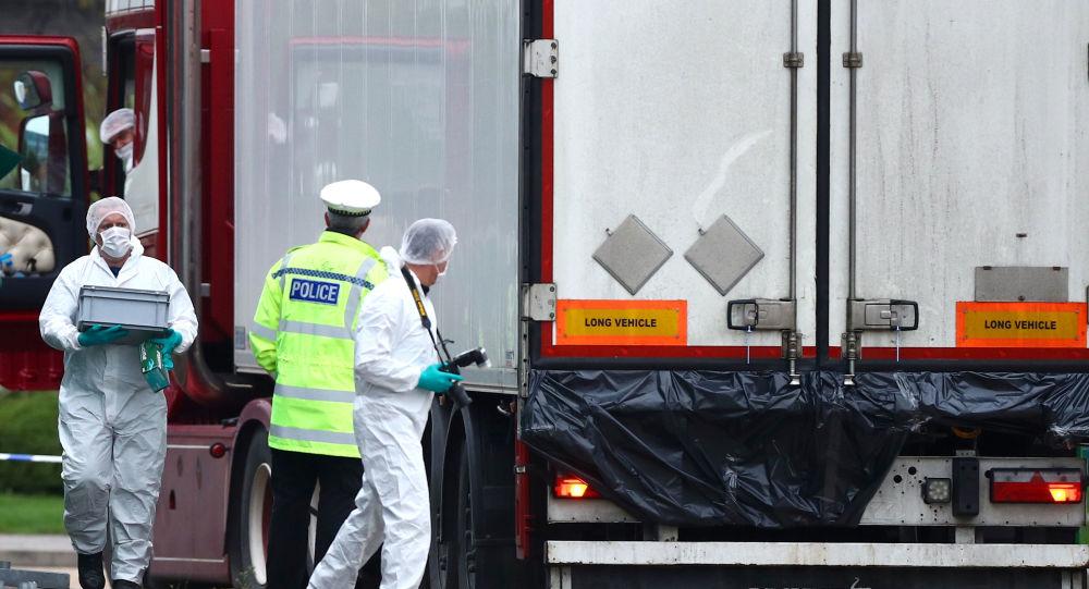 La police britannique sur place après la découverte des 39 corps dans un camion, Essex