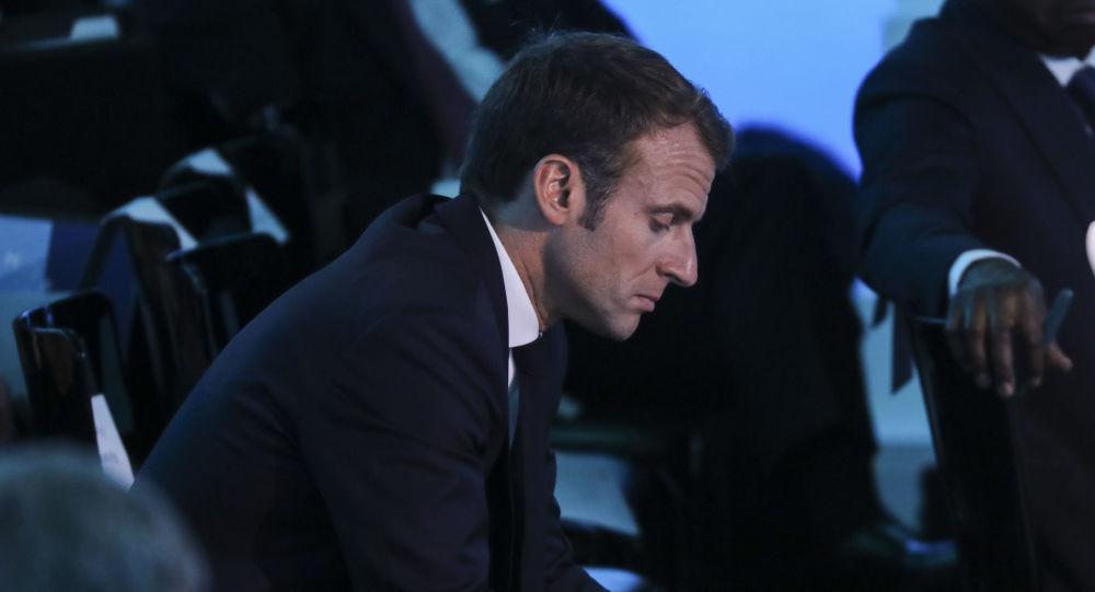 Macron avec un portable (photo d'archives)