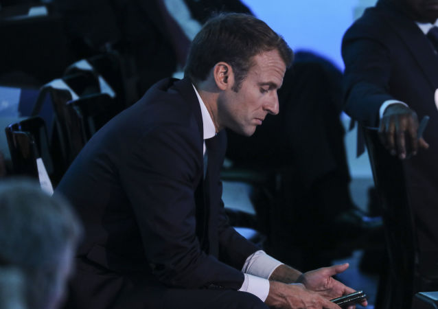 Macron avec un portable (photo d'archives)