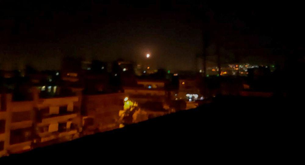 La lumière dans le ciel, considérée comme un missile, est vue de la ville de Damas, en Syrie, le 20 novembre 2019